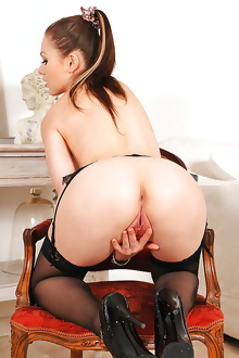 Tina Kay stips off and show us her perfect ass
